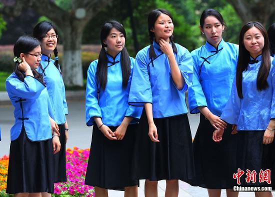 做中国青年正式礼仪服装