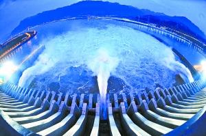 7月3日,三峡大坝开启泄洪深孔进行泄洪。新华社发