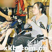 吴伟秘书冯小姐坐轮椅到现场讲述遇袭过程。
