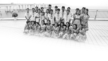 王鹏/在海天一洲,孩子们以大海为背景合影留念。记者王鹏摄