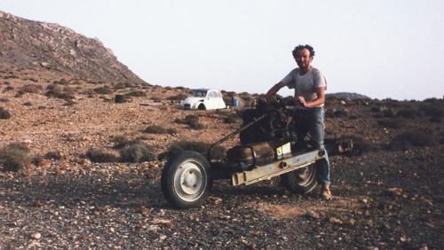 埃米尔当年在沙漠改装电动车的照片