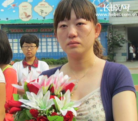 机场路小学六年级2班班主任王亚卓流下不舍的眼泪.冯素琴摄-石家庄