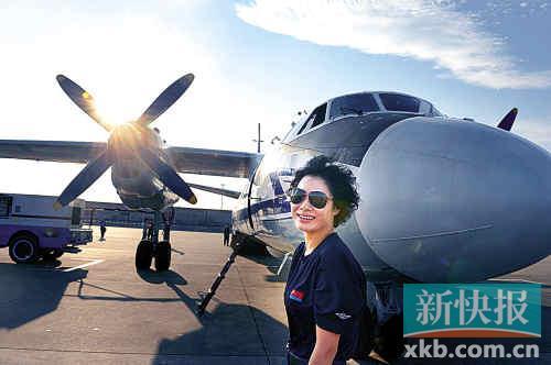 武汉广空航空兵某师军用机场,女机长谭红梅英姿飒爽。新快报记者 王小明/摄