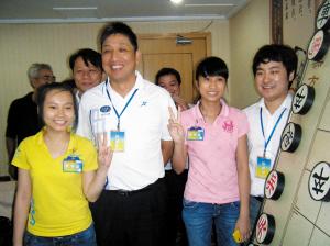 柳大华前左二与两越南少女棋手合影