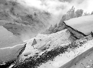 公路旁边是万丈悬崖。