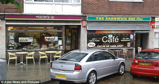 三明治盒子(Sandwich Box Plus)咖啡馆(右)和沃伦面包店。