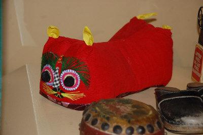 来自中国的民间玩具布老虎与牛皮小鼓。美国《世界日报》/李大明摄影