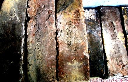 """在长沙的一个文物店内,刻着""""咸丰三年""""字样的古墙砖。(图片来源:红网)"""