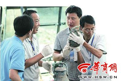 昨日,考古人员晃动青铜卣,里面有水声本报记者赵航摄