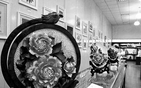 ...洛阳老城区丽景门瓮城内的洛阳三彩艺术博物馆很是热闹,不少...