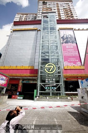 裕丰大厦观光电梯玻璃碎裂 两女子被困电梯22分钟