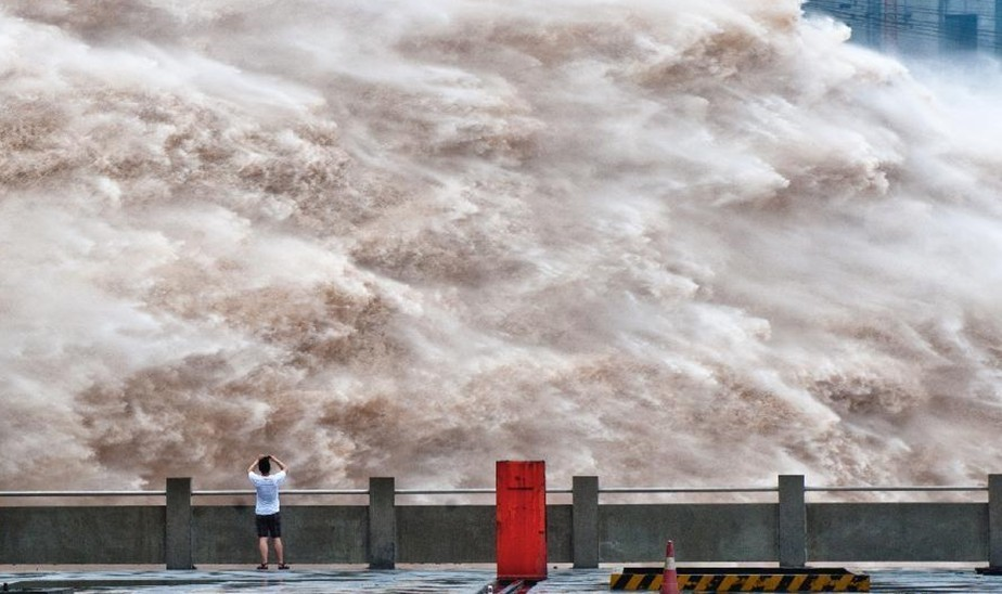 三峡大坝开闸泄洪 景象壮观如万马奔腾(组图)