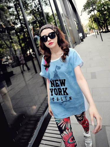 简洁的时尚装扮绝对让你的夏季与众不同!拼色字母铁塔修饰的长款tee作为上身搭配,可以和连衣裙有相同的效果,随意的搭配上拼色大花朵竖条纹修身打底裤,更加符合今年夏季的时尚魅力