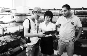 7月5日,三亚滨海一品锅海鲜店工作人员正在用电脑为客人点菜。客人了解到这种电子点菜系统可以同步将菜单发到三亚市政府有关部门进行监控时,对政府的这一举措称赞不已。本报记者 苏建强 摄