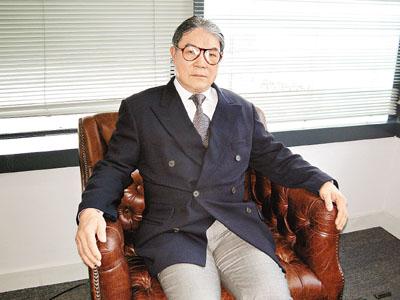 霍震霆接受记者专访。图片来源:香港文汇报