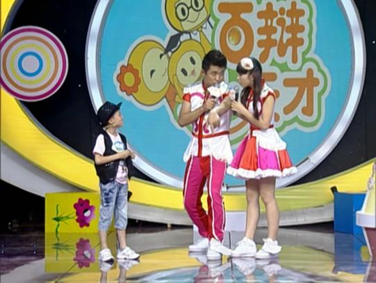 """中国 长沙/舞台上活泼可爱的小燕子姐姐,近日受到了""""中国最小屌丝""""兴兴..."""