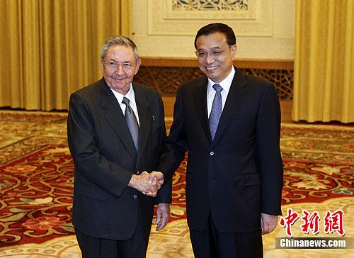 7月6日,中国国务院副总理李克强在北京人民大会堂会见古巴共和国国务委员会主席兼部长会议主席劳尔・卡斯特罗・鲁斯。中新社发 杜洋 摄