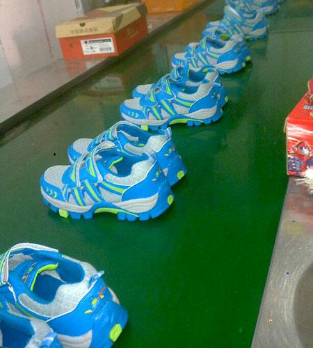 """""""给孩子送双运动鞋""""公益行动指定的鞋厂,按照鞋码制作运动鞋。"""