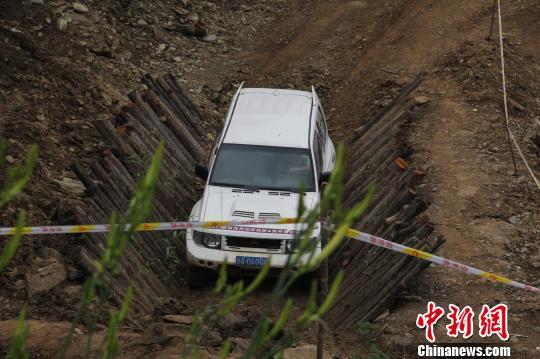中新网陕西商洛7月6日电(田进)2012年陕西省汽车越野赛6日在金丝峡国家森林公园开赛,来自陕西、河南、甘肃的近百名赛车选手,在青山绿水间的赛道上展开激烈角逐,进行激情与速度的比拼。