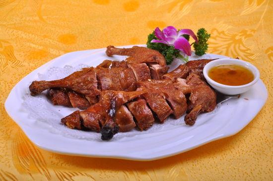 ...鸭北京鸭,果木炭火烤制,色泽红润,肉质肥而不腻.北京烤鸭分为...