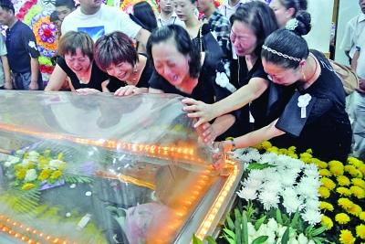 公司员工而英勇献身的年轻总经理周江疆的追悼会,在海门市殡仪馆举行.