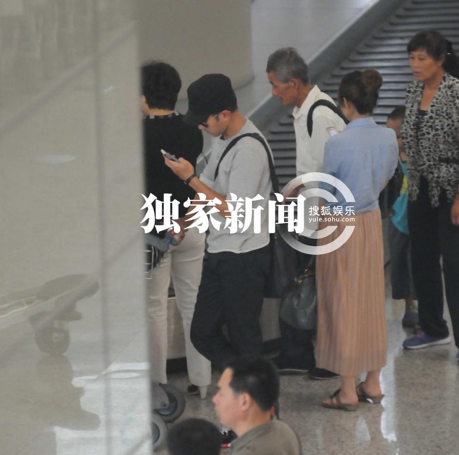 杨幂 刘恺威/刘恺威独自现身机场过烟瘾趁杨幂不在与美女热聊