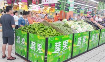 不少市民选择在晚上到超市购物。记者李勇摄