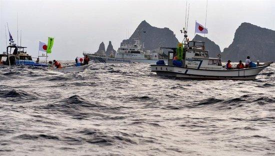 资料图:日本右翼团体在海上保安厅巡逻船护卫下抵达钓鱼岛海域.
