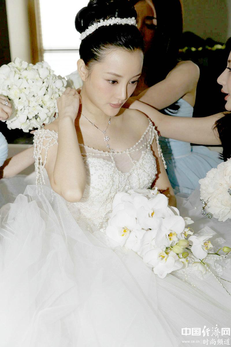 设计师兰玉为李小璐戴好手纱图片