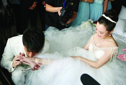 李小璐 贾乃亮/贾乃亮李小璐大婚吻脚比热吻更惹眼誓言比台词更甜蜜(组图)