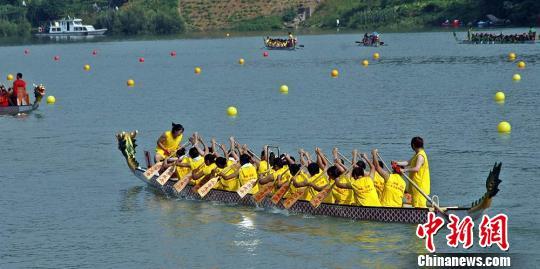 题:2012中华龙舟大赛女子龙舟队:巾帼不让须眉 赛场内外的风景