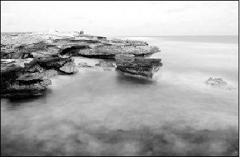 暮色中的西沙永兴岛石岛。