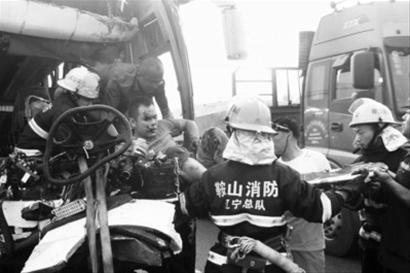 ... 余人被送往辽阳、鞍山两地医院检查救治。 消防供图