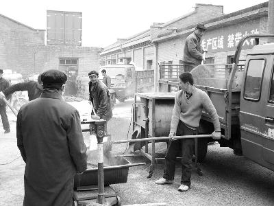 向农户收购高粱,为来年生产囤积存粮。