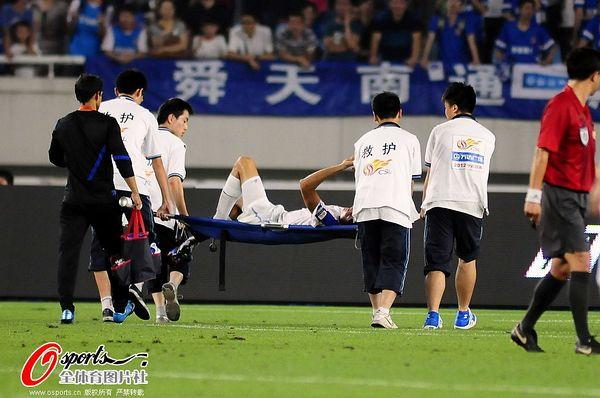 图文:[中超]舜天2-2申花 受伤球员被抬出场外