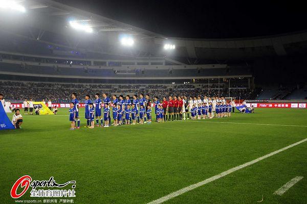 图文:[中超]舜天2-2申花 双方球员在赛前