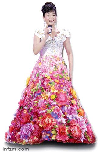 """2009年春晚,宋祖英那条由洁白变幻为鲜花绽放的著名""""大裙子"""",也是出于郭培之手。 (CFP/图)"""