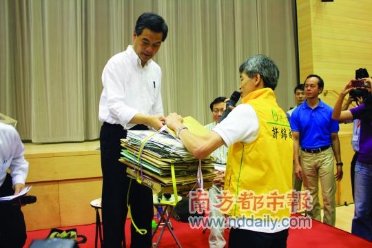 区议员给梁振英送纸皮,称现在香港不少老人要靠捡纸皮卖纸皮维持生计,呼吁特首关注老人贫困问题。南都记者康殷摄