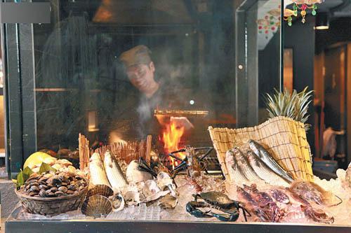 店内小型Seafood Market放满海鲜,只要拣��心水,大厨会即烧,气氛闹哄哄!