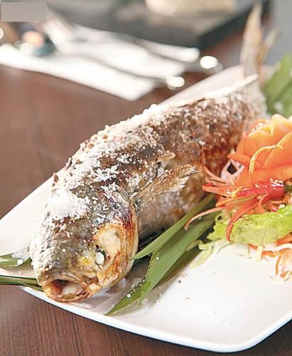 盐烧乌头$128(条) 约1斤重的乌头每日新鲜运到,简单以盐烧香,带出鱼鲜;食落皮脆肉嫩,蘸点大厨自制的海鲜辣酱,更惹味。