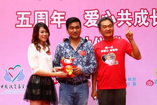 爱心龙娃娃认捐者与公益达人刘颖婷、广东百胜总经理