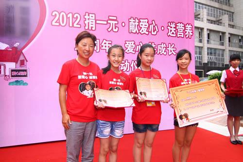 必胜客华南市场总经理蒋勤女士与一日同桌的小志愿者