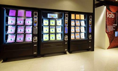 店内设有自助购物机,不但方便,对于不喜欢被售货员烦扰的你,合适不过。最细心的是,这里每周都会有热卖推介,就算平时忙到天昏地暗,都能紧贴潮流动向。