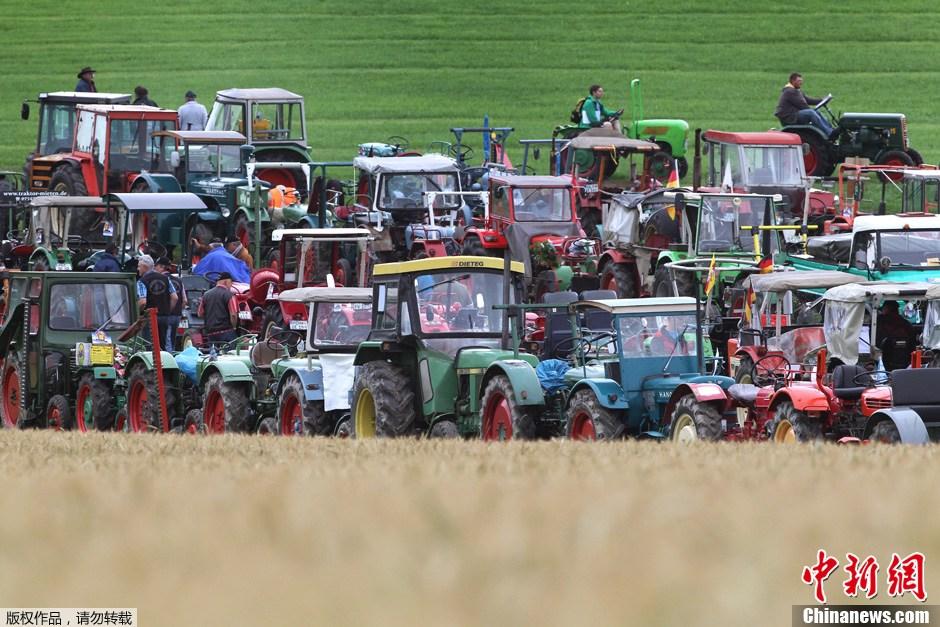 当地时间2012年7月7日,德国Waldsee,1000多辆拖拉机在草地上列队,欲创造最多拖拉机同时列队吉尼斯世界纪录,原先的纪录为1095辆车。
