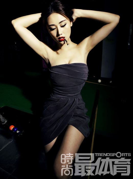 性感女星杜十五拍摄时尚写真 肉弹桌球冷艳热