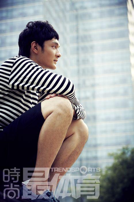 门将杨智拍摄最体育写真 阳光男孩绽露青春笑容