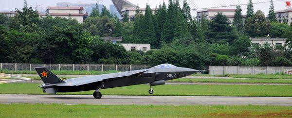 资料图:歼-20第二架原型机在我国某机场进行了高速滑行试验。