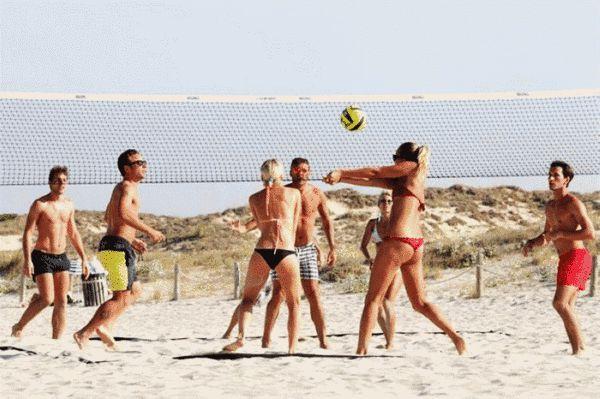 意大利女排阿格罗尼度假 玩起沙滩排球