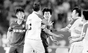 据《新浪体育》提供上海申花与江苏舜天之战的比赛场面相当火爆。