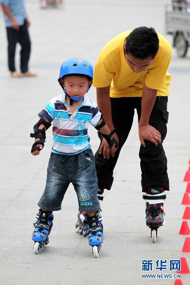 孩子学轮滑度暑期 享受运动的快乐(组图)